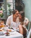 люди влюбляются в мочки, в пальцы, в ключицы, в зрачки. в родинки, в шрамы и точки, в те…