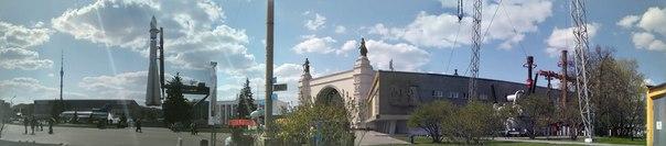 Каждый павильон построен со своей идеей. Вот помпезная арка и какой-то брутализм под боком.