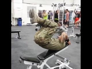 Американский солдат ебашит в зале