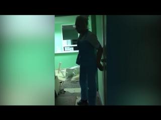 В Омске медсестра в неадекватном состоянии не могла устоять на ногах