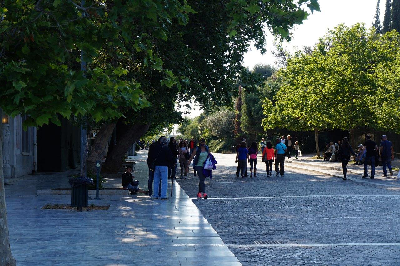 Развод туристов у афинского Акрополя