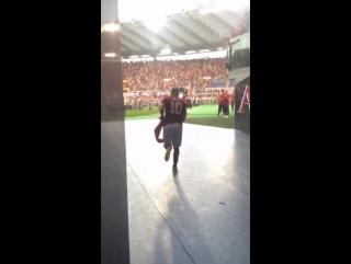 Тотти выходит на поле в Риме