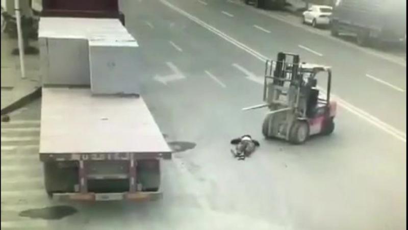 Погрузчик не заметил мотоциклиста