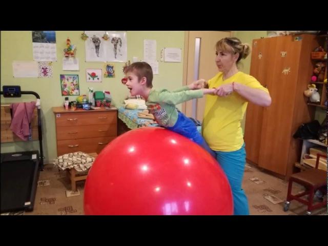 Наши тренировки продолжаются много воздушных шариков лопает a lot of multicolored inflated bal...