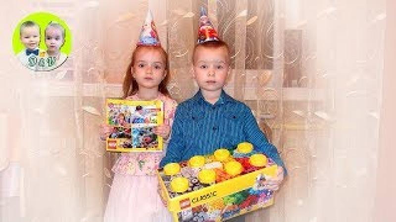 Денис и Виктория строят город из Лего, Denis and Victoria build a city from Lego!