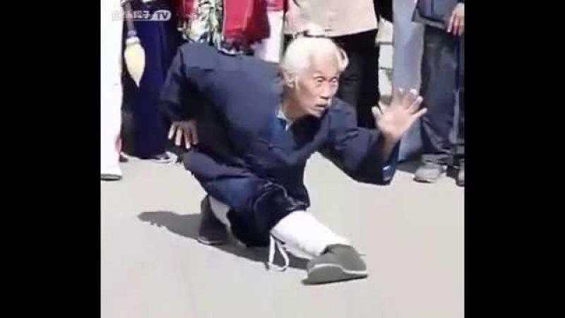 高手在民间,看85岁太极拳老师傅公园表演高难度功夫,不简单!
