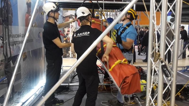 Использование носилок Petzl NEST и устройства Petzl MAESTRO для подъема и спуска пострадавшего