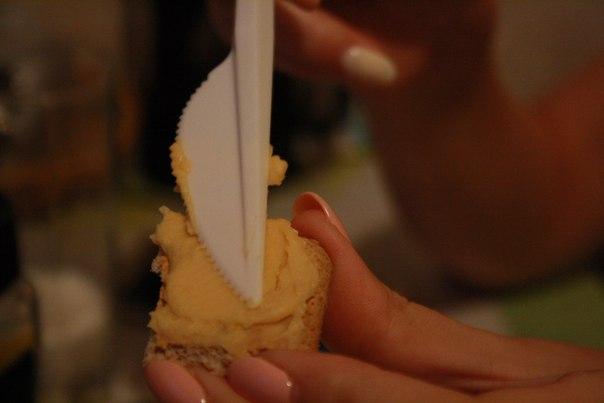 От галет отказались сразу — зубы дороги. Намазали на хлеб.