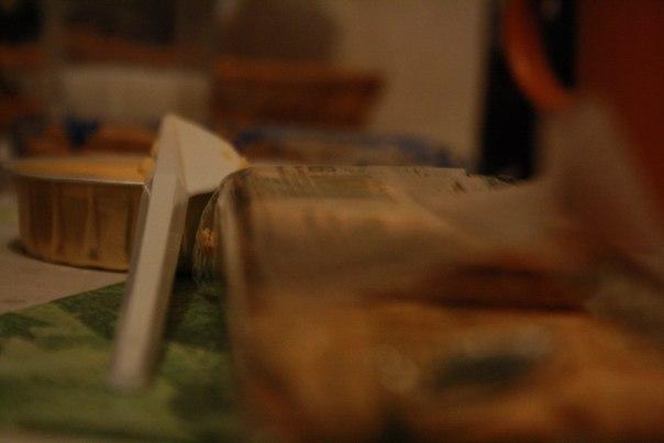 Вскрыли на пробу сыр с твёрдыми галетами.