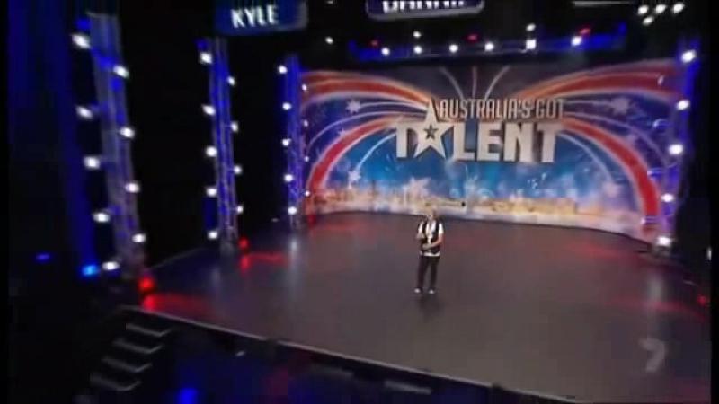 AVI__у парня нереальный голос, перепел саму Уитни Хьюстон! судьи в шоке от услышанного!