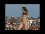 Танцы на нудистком пляже
