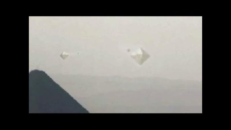 НЛО 2018 _ летающий объект формы ромба наблюдает за пирамидами
