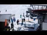 В Грузии на горнолыжном курорте Гудаури сломался подъемник из-за чего были травмированы по меньшей мере десять человек.(2)