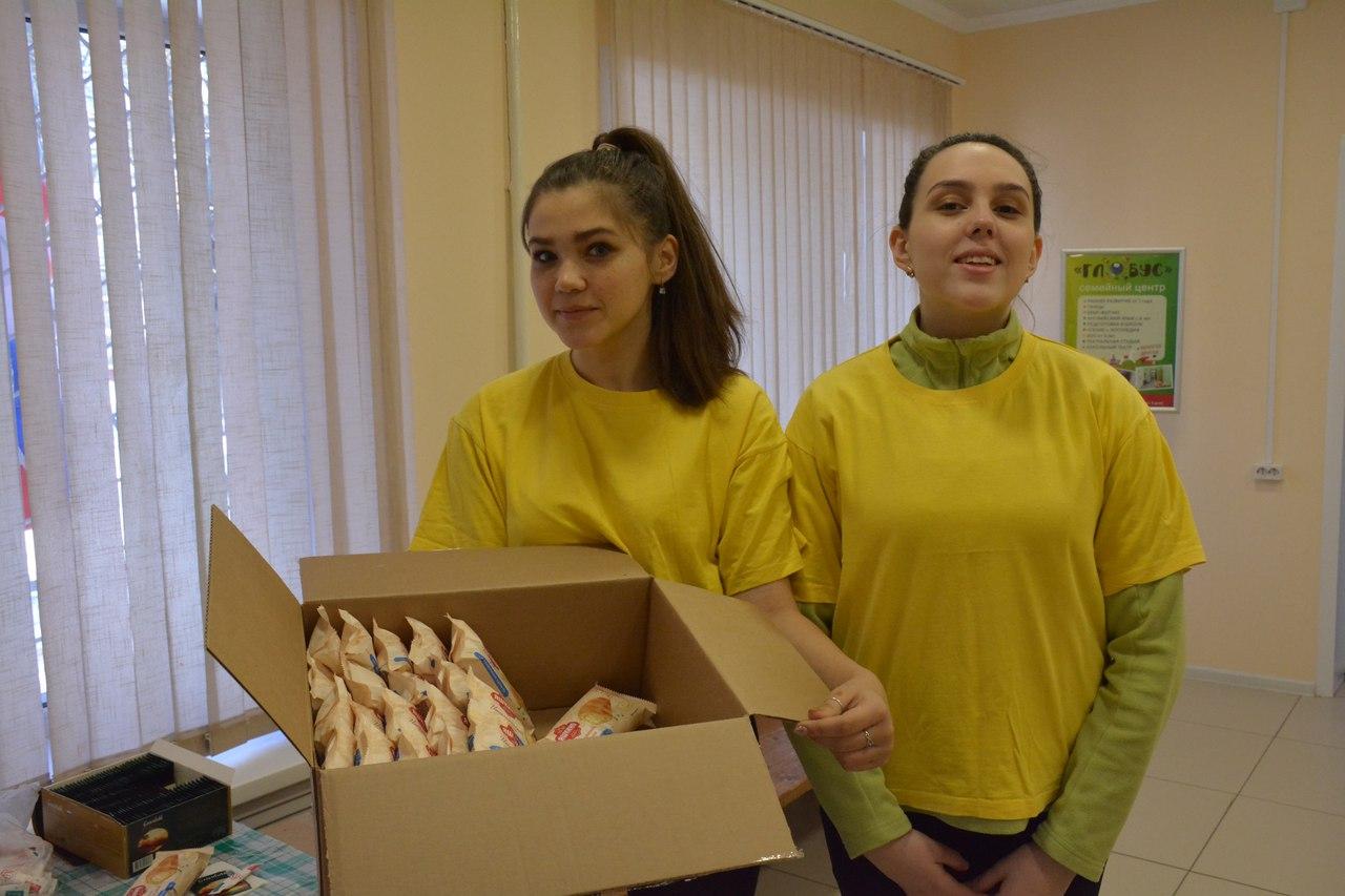 Волонтёры раздавали горожанам, пришедшим на выборы, горячий чай и выпечку
