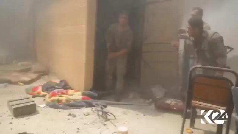 Момент подрыва шахид-мобиля террористов ИГ. Смертники, достигнув дома с бойцами SDF, обстрелял оператора, а после подорвал взры