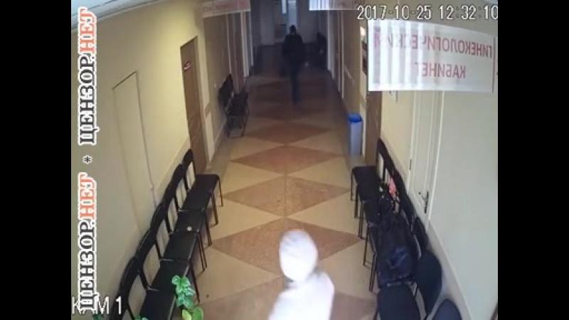 Харьковская медсестра задерживает женщину, укравшую кошелек у одной из пациенток
