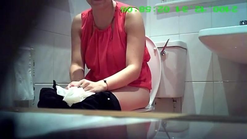 Пописала в туалет и трахнул