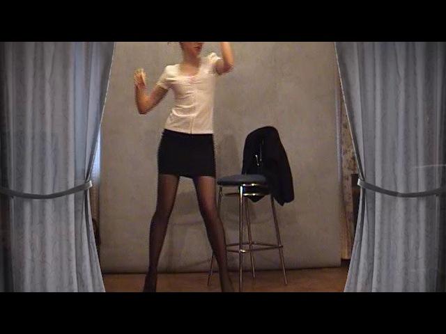 Стриптиз девушки в короткой юбке и в чёрных колготках - очень красивый стрип танец