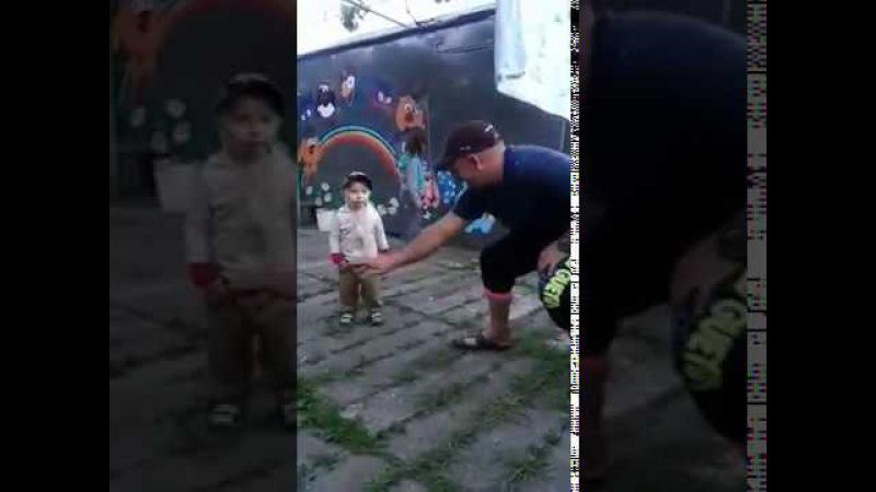 Дёник с папой танцуют Dedik and dad are dancing