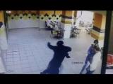 Женщина в хиджабе избила мужчину в ресторане. Саудовская Аравия. Драка