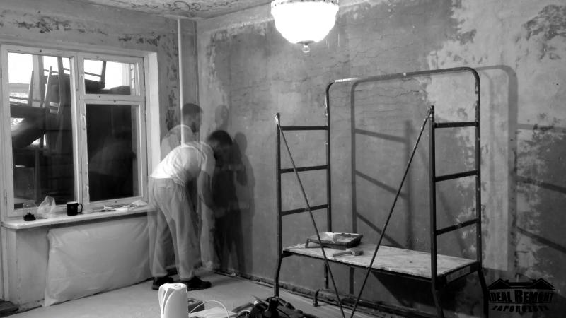 Воронина 13. Грунтовка стен перед нанесением штукатурки.