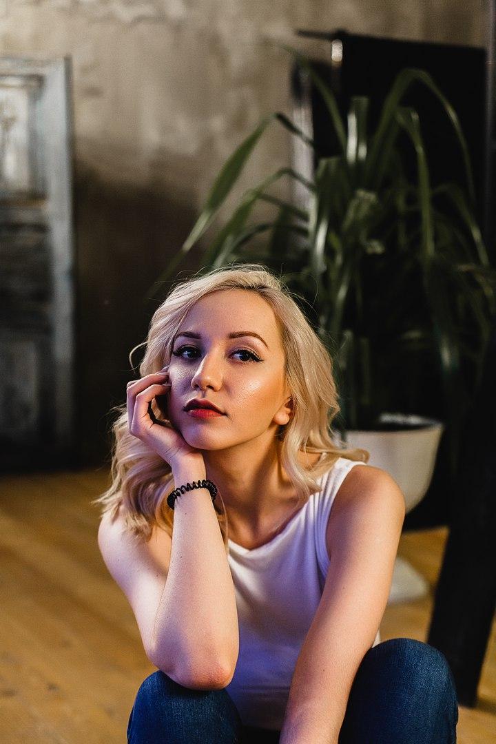 Блонда Сладостно Отдавалась На Пушистом Ковре Бойфренду