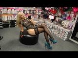 Девушка блондинка в кружевном соблазнительном боди примеряет туфли на каблуке со скрытой платформой
