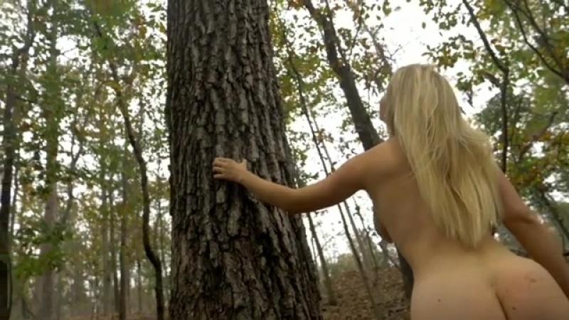 Нудистка в лесу