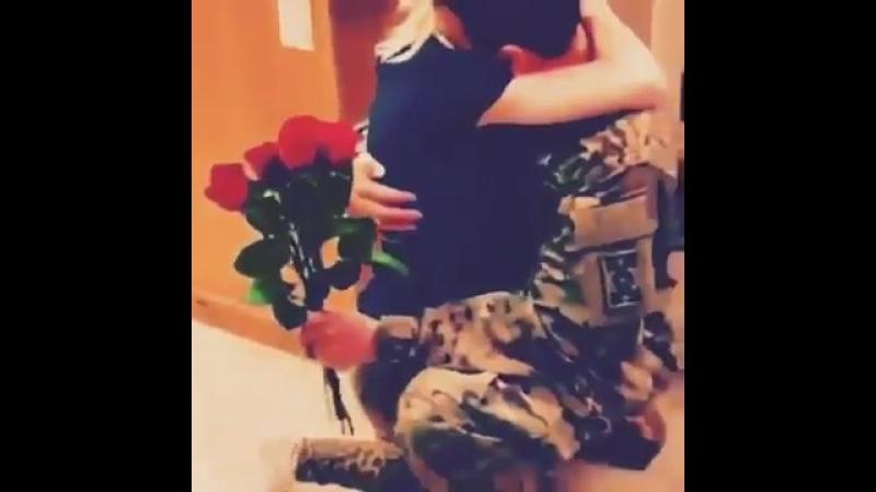 Солдат вернувшись с армии сделал сюрприз своей девушке,которая с нетерпением ждала его возвращения.Охх,как романтичноНастоящи