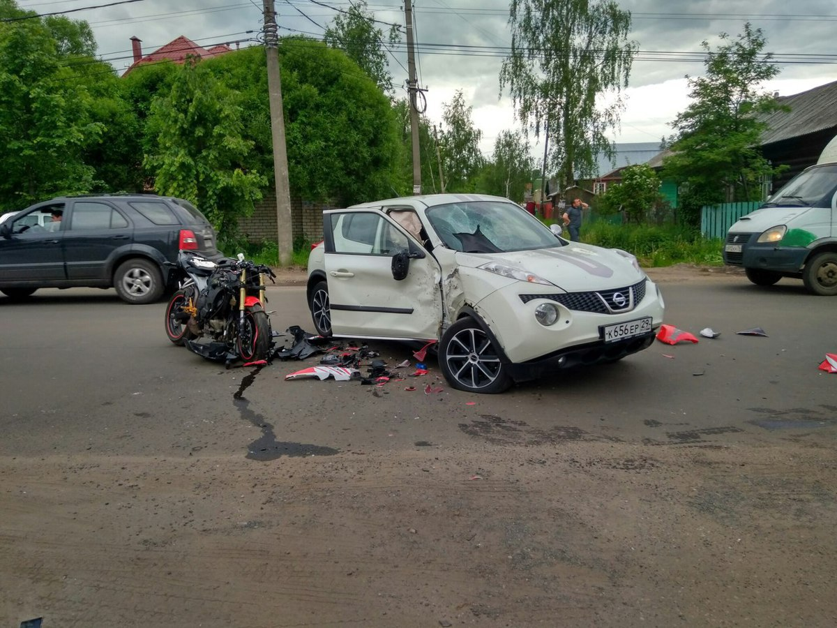 В Ярославле мотоцикл врезался в кроссовер: есть пострадавшие