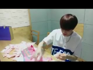 Haknyeon hand packed the marshmallows~^^