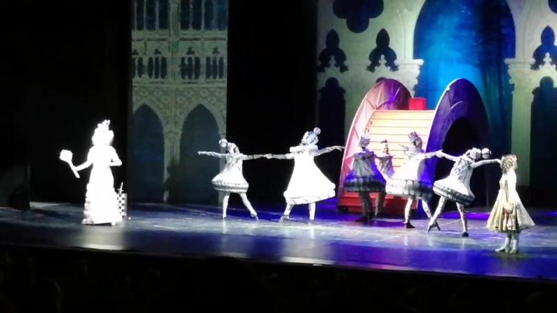 Белая королева из Алисы в стране чудес