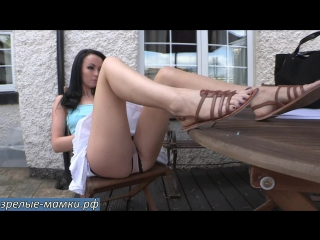 Сексуальная мамка с длинными ногами сверкает трусиками не стыдясь прохожих [milf, mature, милф, мамки]