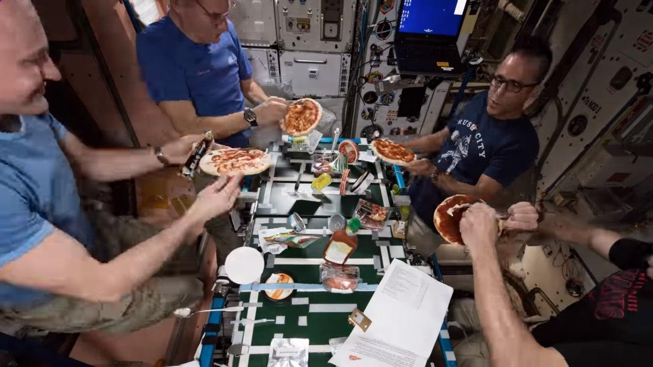 Приготовили пиццу в полной невесомости