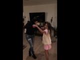 Шеннен Доэрти танцует с дочкой своей подруги на дне рождения своей мамы