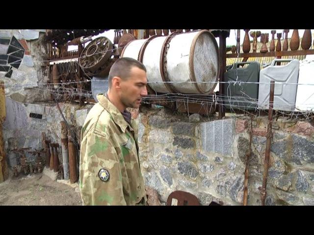 На Запоріжжі чоловік збирає використані боєприпаси та зброю та вивішує все це у себе на паркані