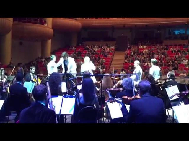 Леонид Овруцкий дирижирует после концерта группы Кватро