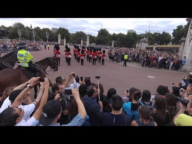 Гвардейцы её величества играют прощание славянки