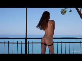 Голая телка танцует на балконе 2