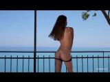 Девушка голая на балконе на море танцует стриптиз