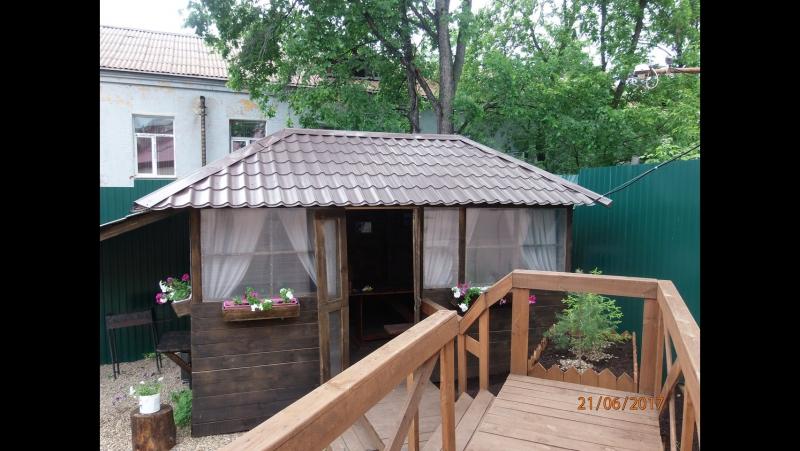 Закрытая беседка в уютном дворике для отдыха всей семьей!