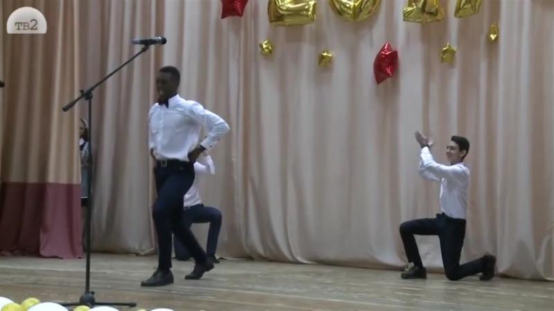 Армянин азербайджанец и африканец танцуют лезгинку
