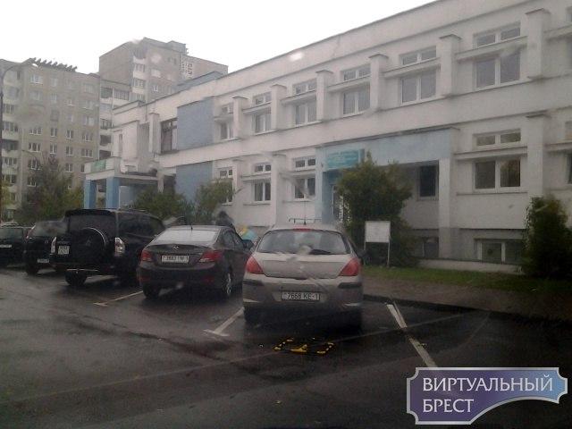 """Брестчане возмущены - около аптеки на Гаврилова появилась """"персональная"""" парковка"""