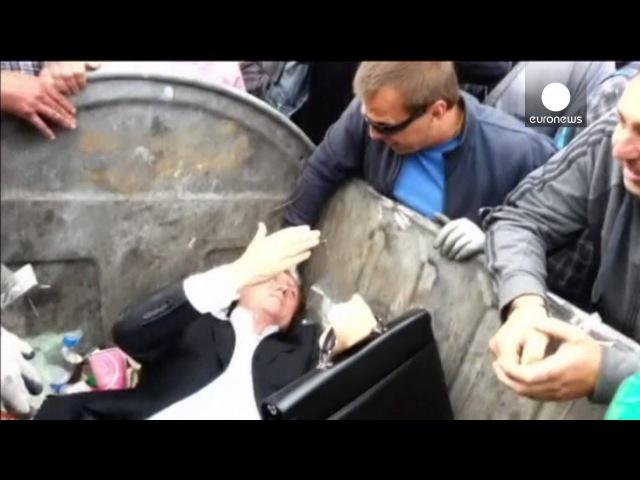 ВИДЕО Депутата Рады засунули в мусорный бак