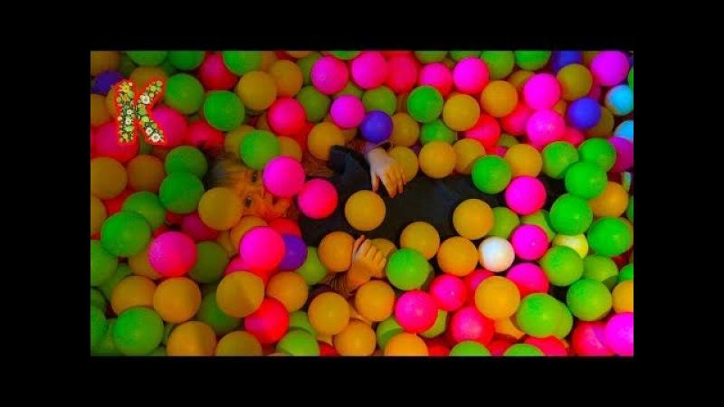 Много пластиковых шаров. 100 000 шариков.