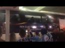 Torcedores do Grêmio em Abu Dhabi recepcionando a chegada do ônibus , nós vamos acabar com o planeta