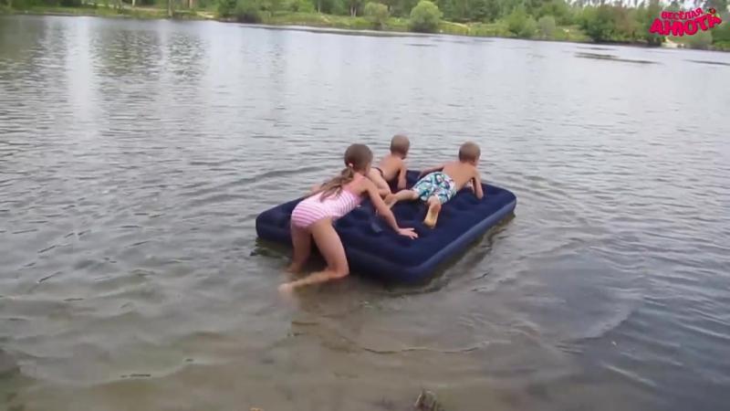 Купила с братьями надувной матрас. На озере. (08.17г.) Веселая Анюта (Бровченко).