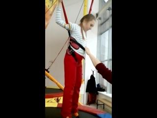 Дарья прыгает на батуте.