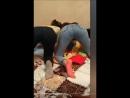 две пьяные подруги-школьницы танцуют тверк в обтягивающих джинсах в перископе, стоя раком