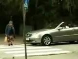Бабушка через дорогу переходит